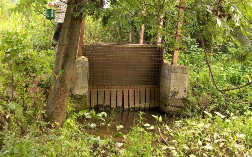 Szennyezett területen átfolyó patak